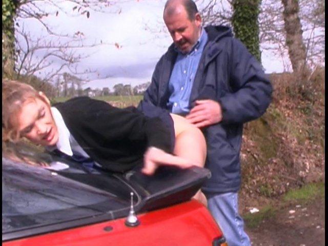 troncher une jeune amatrice contre sa voiture