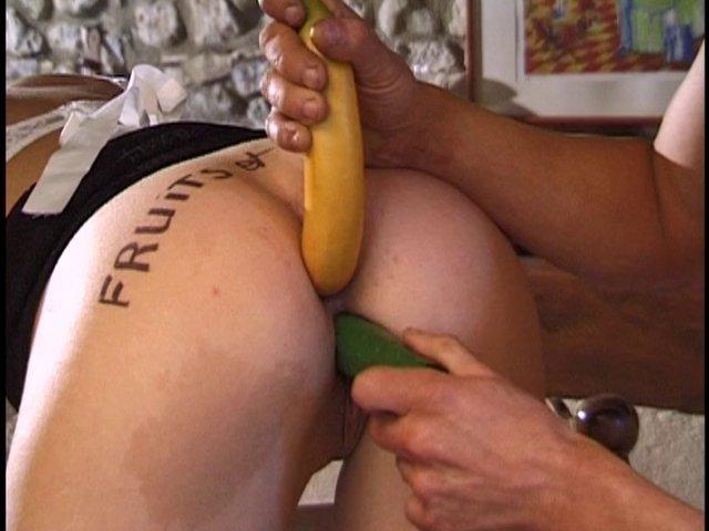 soubrette pénétrée à coup de fruits et legumes
