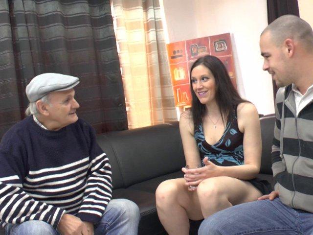 papy s'eclate avec un jeune couple vicieux
