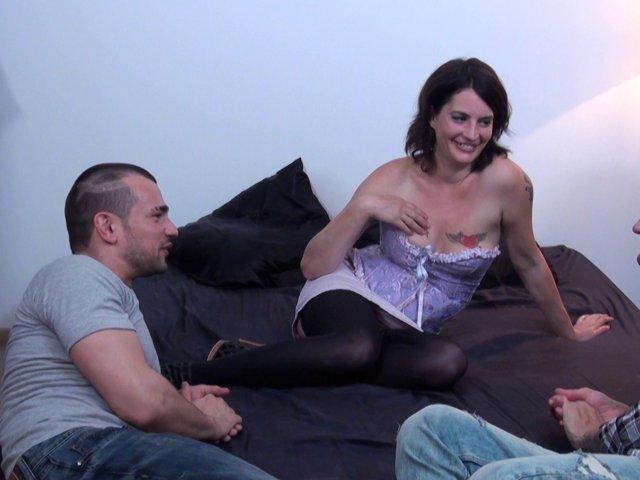 amatrice offre son cul à 2 amis pour quelques euros